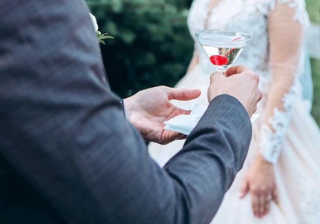 Uma taça de champanhe com uma cereja