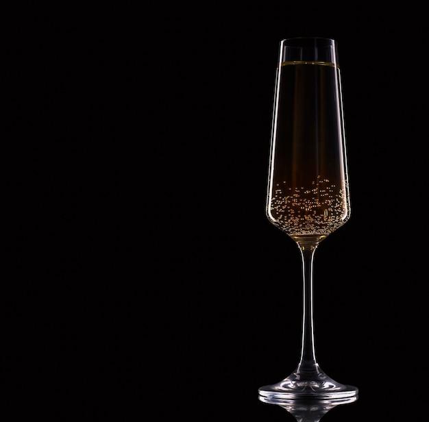 Uma taça de champanhe em um fundo preto