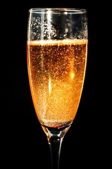 Uma taça de champanhe.