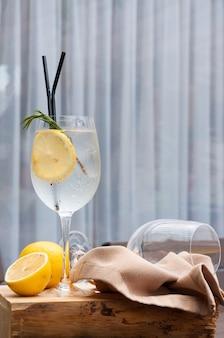 Uma taça de gin tônica com limão em um restaurante