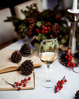 Uma taça de vinho branco com frutas vermelhas