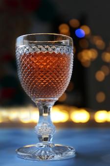 Uma taça de vinho rosa na luz turva