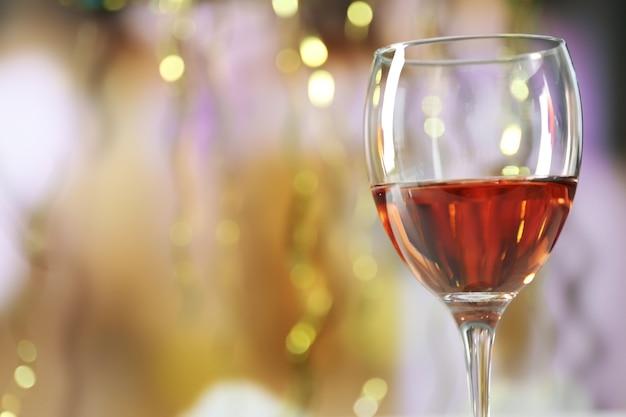 Uma taça de vinho rosa