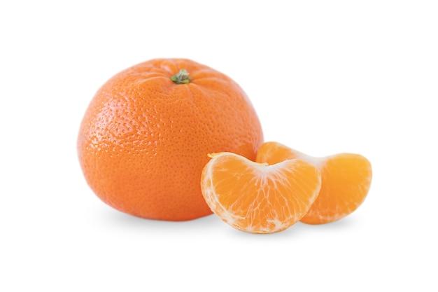Uma tangerina e duas fatias isoladas no fundo branco