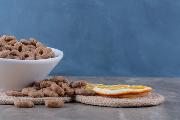 Uma tigela branca de anéis de cereais de chocolate saudáveis no café da manhã