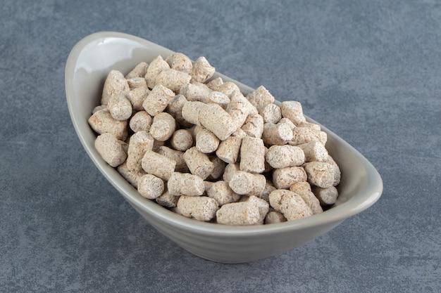 Uma tigela cheia de cereais crocantes de centeio.