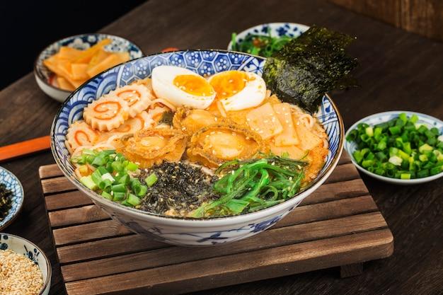 Uma tigela de abalone ramen japonês