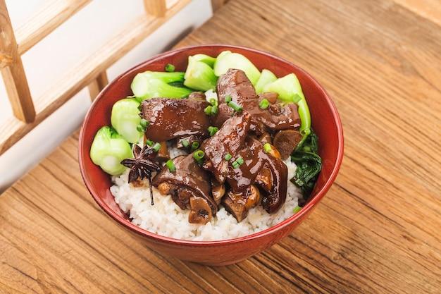 Uma tigela de arroz fresco trotters