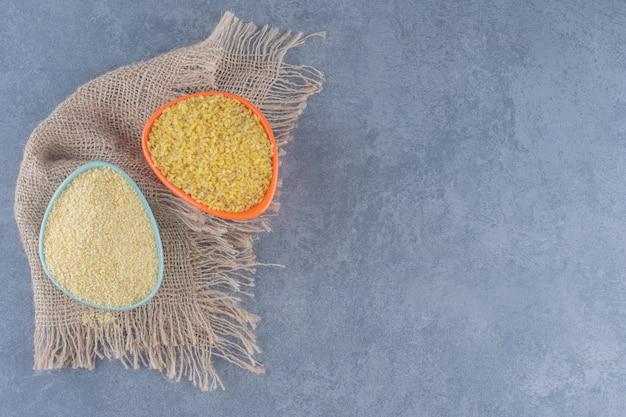 Uma tigela de arroz na toalha, no fundo de mármore.