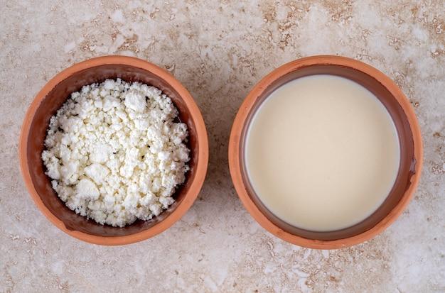 Uma tigela de barro cheia de delicioso queijo cottage