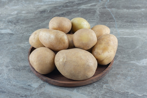 Uma tigela de batata madura na mesa de mármore.