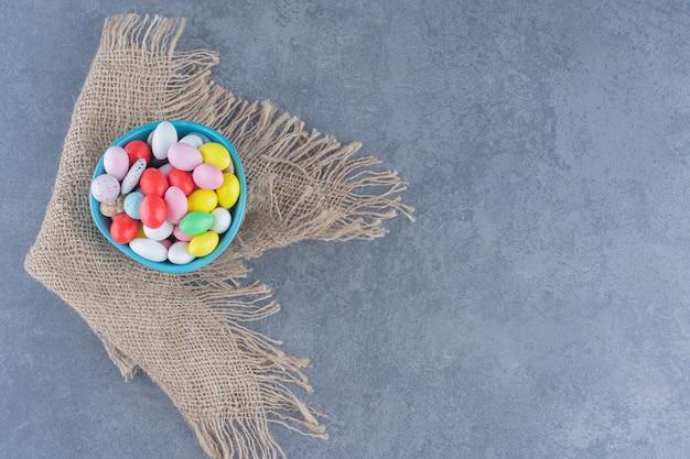 Uma tigela de biscoitos na toalha, no fundo de mármore.