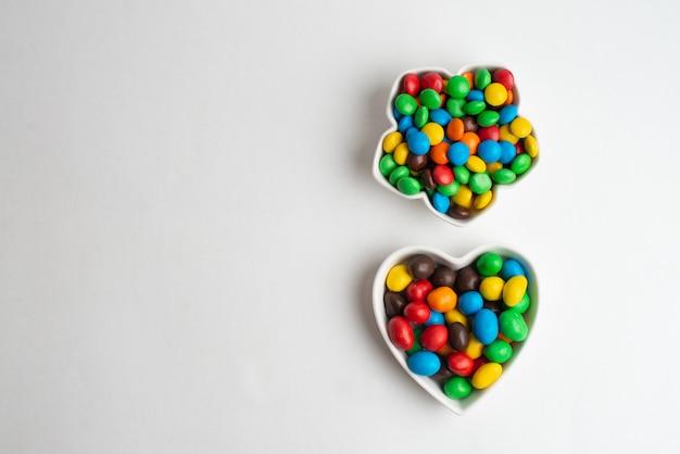 Uma tigela de bombons de chocolate multicolor