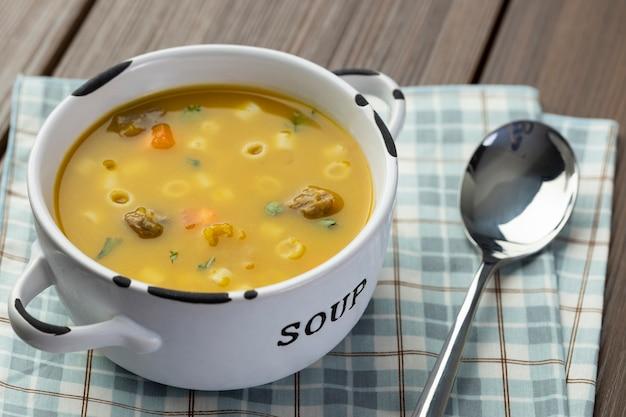 Uma tigela de deliciosa sopa brasileira com carne, legumes, macarrão, cenoura e batata.