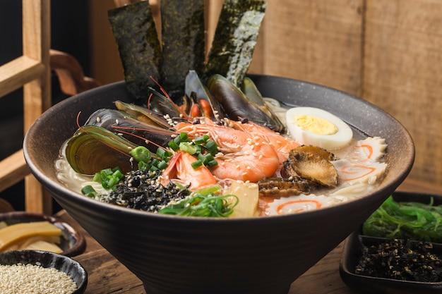 Uma tigela de japonês frutos do mar ramen