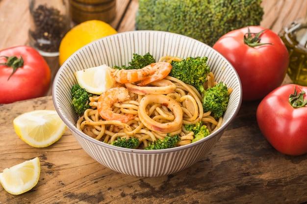 Uma tigela de macarrão de frutos do mar saudável
