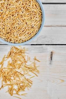 Uma tigela de macarrão na mesa de madeira
