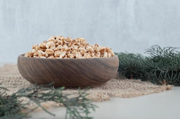 Uma tigela de madeira cheia de cereais saudáveis.