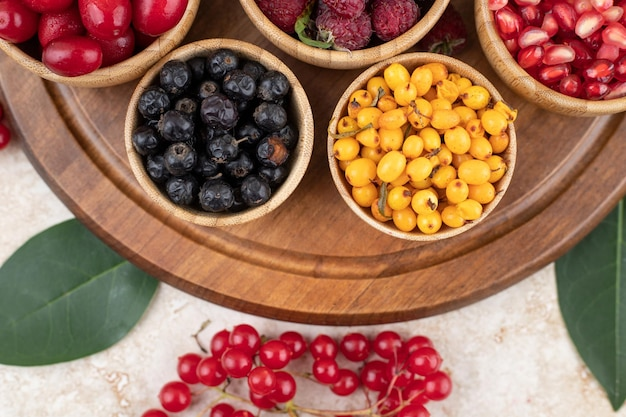 Uma tigela de madeira cheia de deliciosas frutas silvestres.
