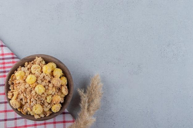 Uma tigela de madeira com deliciosos cereais saudáveis em uma toalha de mesa