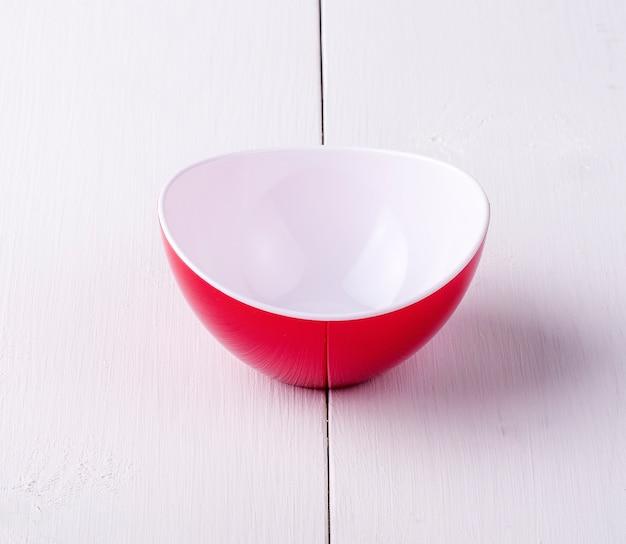 Uma tigela de salada vazia em uma mesa de madeira branca
