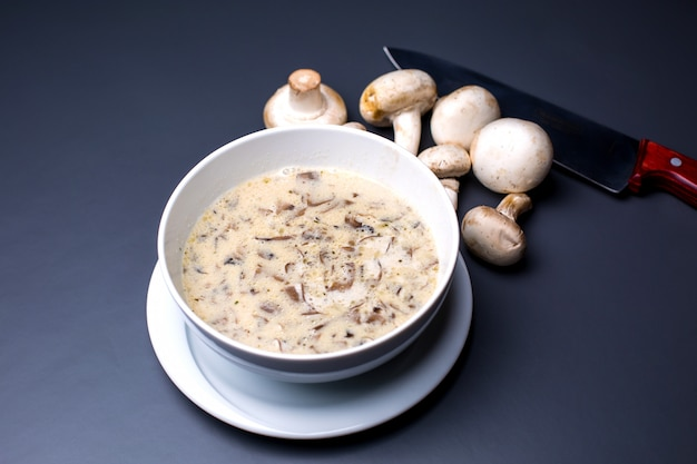 Uma tigela de sopa cremosa de cogumelos