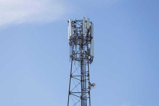 Uma torre com antenas transmissoras no céu azul. foto de alta qualidade
