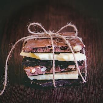 Uma torre de barras de chocolate embrulhada como um presente de chocolate.
