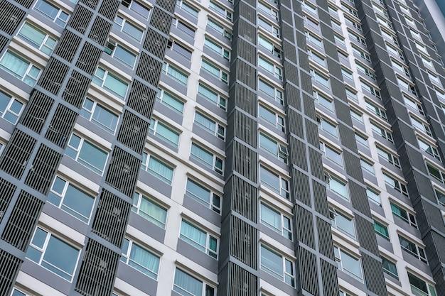 Uma torre de condomínio moderno arranha-céu subindo em um céu