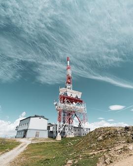 Uma torre de telecomunicações em uma montanha