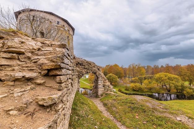 Uma torre gremyachaya em ruínas na colina gremyachaya em pskov, na margem do pskova
