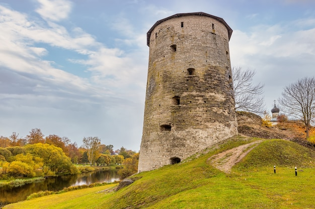 Uma torre gremyachaya em ruínas na colina gremyachaya em pskov, na margem do rio pskova
