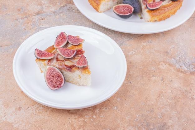 Uma torta de figos em um prato branco no mármore