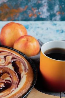 Uma torta doce de baunilha com uma xícara de café ou chocolate quente