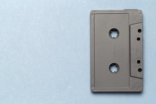 Uma única fita de áudio retrô em cinza claro, vista superior
