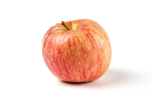 Uma única maçã vermelha inteira em branco