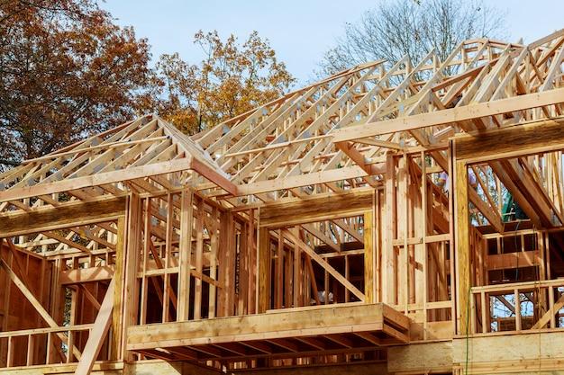 Uma vara construiu casa em construção novo telhado de construção com estrutura de madeira e viga.