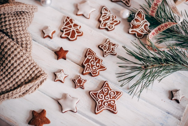 Uma variedade de biscoitos de gengibre de natal são dispostos