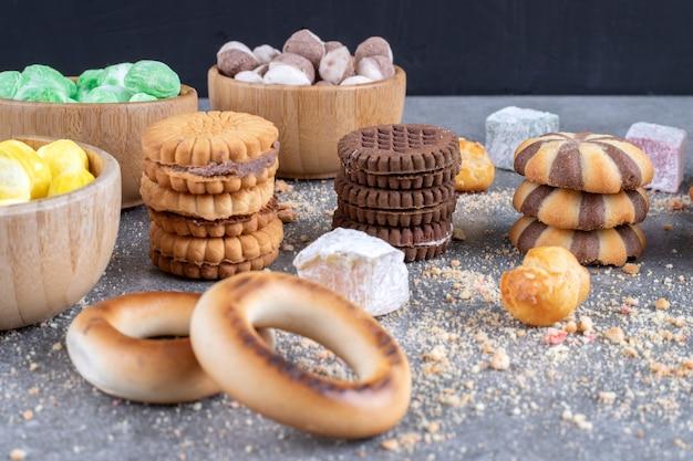 Uma variedade de biscoitos e doces