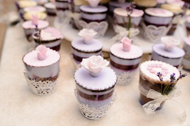Uma variedade de bolos e doces.