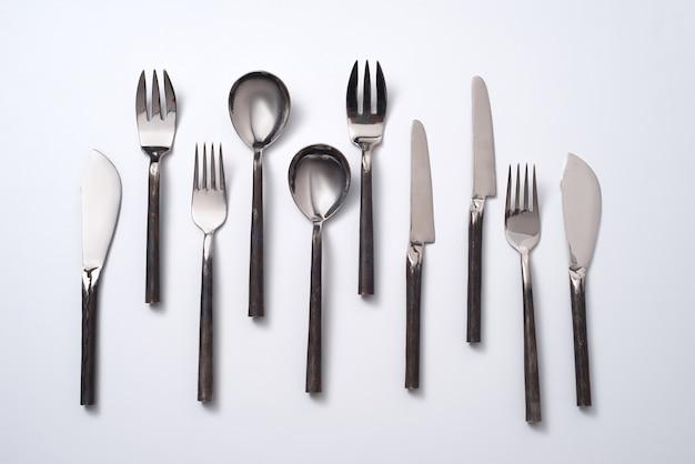 Uma variedade de colheres, facas e garfos