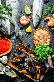 Uma variedade de deliciosos frutos do mar em mesa rústica.