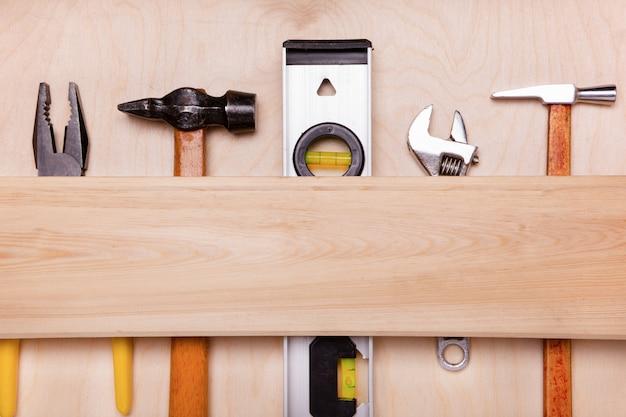 Uma variedade de ferramentas de trabalho em uma superfície de madeira