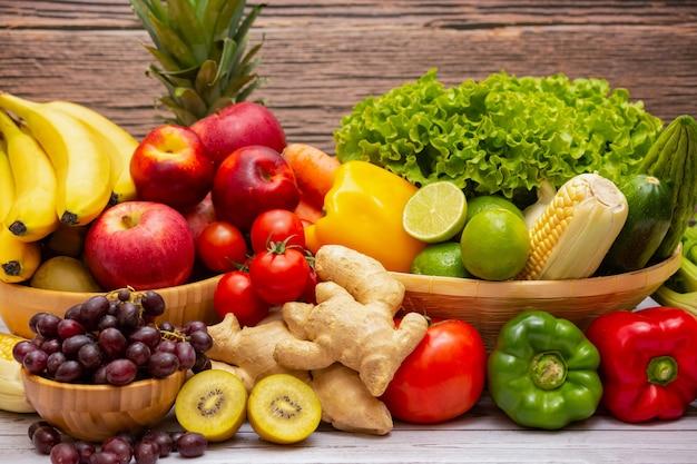Uma variedade de frutas e vegetais frescos na mesa