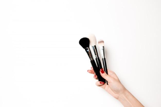 Uma variedade de objetos de salão e maquiagem em um branco isolado