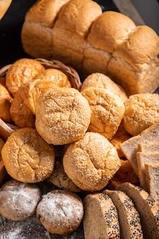 Uma variedade de pães juntos na mesa preta