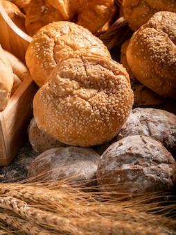 Uma variedade de pão juntos em uma pilha