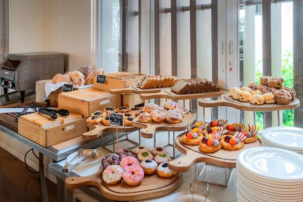 Uma variedade de pastelaria acabada de fazer no buffet de pequeno-almoço no hotel de luxo.
