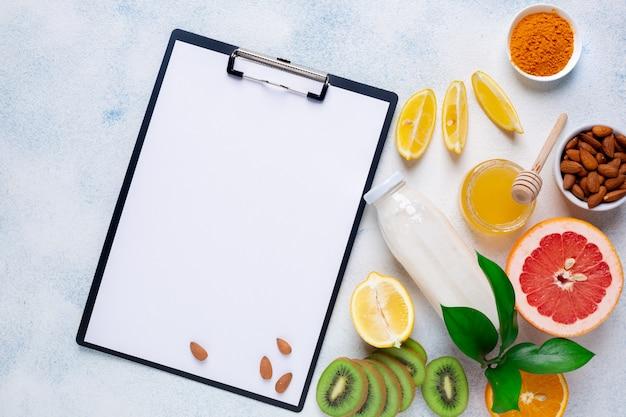 Uma variedade de produtos para manter a imunidade em um fundo branco. conceito de prevenção de doenças. copie o espaço