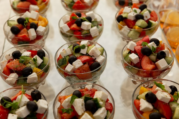 Uma variedade de saladas na mesa do bufê. catering para reuniões de negócios, eventos e celebrações.